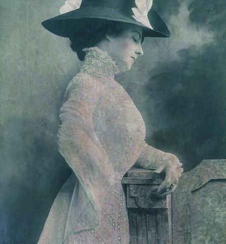 The Lady Ponders © Sarah Vernon